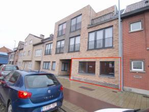 Uitstekend gelegen instapklaar gelijkvloersappartement met 2 slaapkamers en garagebox te Sint-Niklaas.De goede centrale ligging nabij winkels en schol
