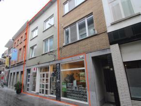 Goed gelegen handelspand met instapklaar duplex-appartement in het centrum van Sint-Niklaas.<br /> De goede ligging nabij deGrote Markt, openbaar verv