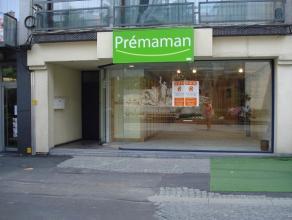 Ruim, goed gelegen handelspand in 1 van de 2 belangrijkste winkelstraten van de stad, met een oppervlakte van 120 m2 met een mooie vitrine van meer da