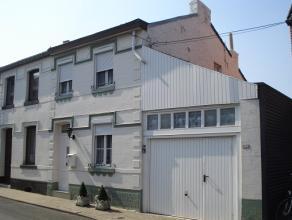 Mooi en goed gelegen te renoveren woning in hartje Landen, vlakbij de winkels, station, school... Op het gelijkvloers is er een ruime garage, keuken d