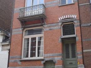 Appartement, gelegen in een rijwoning, vlakbij het station en op wandelafstand van de markt van Sint-Truiden.  Het appartement beschikt over een livin