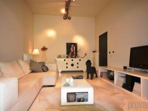 Uniek en volledig gemeubileerd gelijkvloersappartement van ca 85 m² op een zeer centrale locatie met een prima bereikbaarheid. Door de heraanleg
