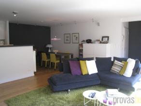 Zeer licht appartement van ca 95 m² op een supercentrale ligging. De Riemstraat verbindt de Gedempte Zuiderdokken met het gezellige pleintje aan