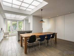 Ruim en zeer licht duplexappartement op de gelijkvloerse en eerste verdieping van ca 180 m² met een riante en zuidgeoriënteerde tuin, een fa