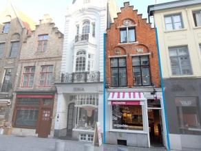 INSTAPKLAAR en zeer charmant handelspand in het centrum van Brugge. Perfect gelegen tussen t Zand en de Markt. Mog. tot horeca of detailhandel. Vlotte