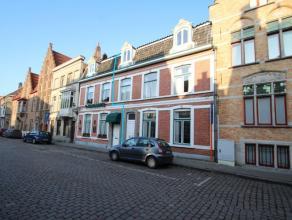 Stijlvolle, burgerwoning met mooie en centrale ligging te Brugge. Klassevolle afwerking. Ind.: Prachtige inkomhall. Grote lichtrijke eet- en woonkamer