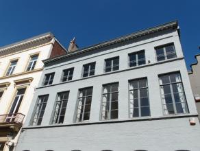 In het centrum van Brugge. Prachtig appartement met 2 slaapkamers.  Ind.: Inkomhall met apart toilet.  Grote ruime living met veel lichtinval.  Open v