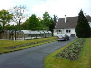 Mooie en ruime villa met 4 slaapkamers en tuin. Deze woning is gelegen dichtbij de op en afrit van de autosnelweg, doch is het een zeer rustige liggin