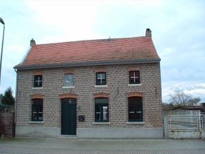 Een hoevewoning te koop in het centrum van Budingen met gemakkelijke verbindingen naar Diest, Tienen en Sint-Truiden. De woning is centraal gelegen ma