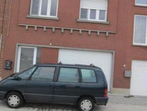 Woning met achterliggend magazijn te Budingen op 8a06 Er is een goede verbinding naar Tienen, Sint-Truiden, Halen, ... De woning bestaat uit 2 woonent