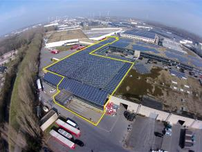 """BEDRIJFSGEBOUW bestaande uit kantoorruimte (135m²) enopslagruimte (5.535m²) met 4 laadkaden en hoge sectionaalpoort op industriezone """""""