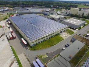 """BEDRIJFSGEBOUW (9.870m²), voorzien van 3 overdekte LAADKADEN en 3 nieuwe sectionaalpoorten op industriezone """"Herdersbrug"""" (klasse 1) te Brugge. G"""