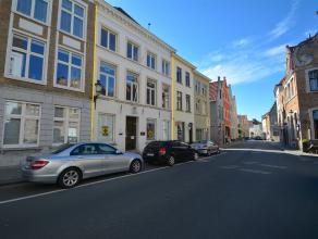 KANTOORGEBOUWbestaande uit 3 volwaardige verdiepingen en zolderverdieping in het centrum van Brugge. Grondopp.: 127m2. INDELING:Gelijkvloers (+/- 105m