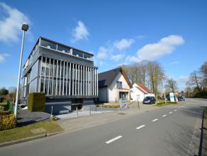 KANTOORRUIMTE (429m2) met uitstraling op invalsweg van Brugge (naast Expresweg), bestaande uit 2 verdiepingen (1°V. en 2°V) met polyvalente ru