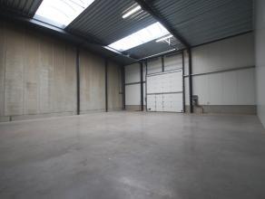"""Goed, geïsoleerde RECENTE opslagruimte (210m²) op industriezone """"Herdersbrug"""" te Brugge! AFWERKING: bevloering in gepolierde beton, wanden i"""