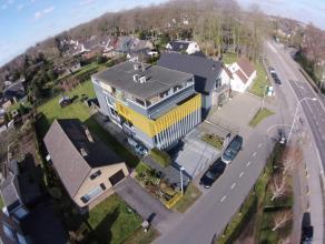 KANTOORRUIMTE (85m2) met alle voorzieningen op 2°V. te Brugge (Sint-Andries). Vlot bereikbaar, op 700m van Expresweg (E403 en E40). INDELING:Tweed