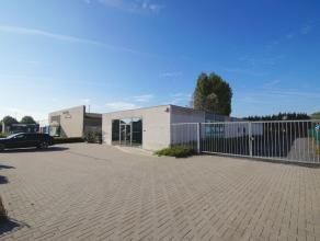 Moderne KANTOORRUIMTEN met achtergelegen MAGAZIJN en groot verhard terrein op ZICHTLOCATIE te Brugge (vlakbij B-Park). Het terrein van 1.659m2 is voll
