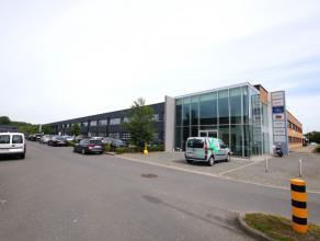 Luxueus afgewerkte kantoorruimten (206m²) met private parkings te Brugge! Vlot bereikbaar via Expresweg. INDELING:Mooie glazen inkomhal met traph