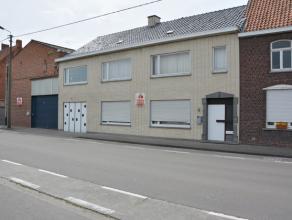 Op het gelijkvloers bevinden zich een leefruimte, een keuken, een toilet, 1 slaapkamer, een garage (plaats voor 2 auto's achter elkaar), een bergruimt