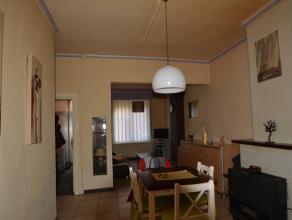 Deze te renoveren woning bestaat uit een inkomhal met ruime leefruimte en aansluitend de keuken.<br /> <br /> Op het eerste verdiep bevinden zich twee