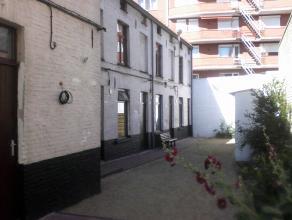 Citéhuisje te huur - onmiddellijk vrij - 2 studenten of koppeltje <br /> gelijkvloers : keuken/eethoek / badkamer met douche en lavabo<br /> ee