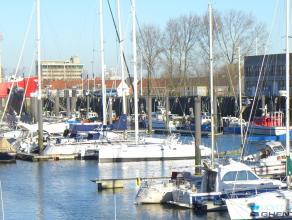 Dé topligging van de jachthaven, midden de Rederskaai, op de 4° verdieping, een 2 slpk APPARTEMENT (87 m) met grote GARAGEBOX (automatische