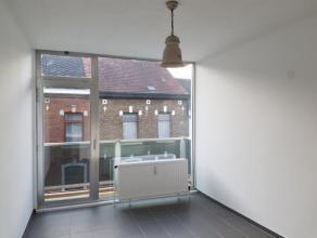 Petit appartement complètement remis à neuf et bien situé, à 2 pas du centre et de la gare du Sud : hall avec débar