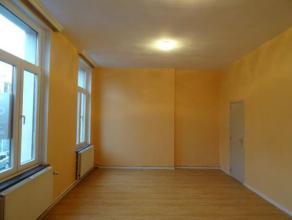 TRES BEAU DUPLEX de 190 m², ENTIEREMENT RENOVE dans le centre-ville de Binche, à proximité de toutes les facilités, se compo