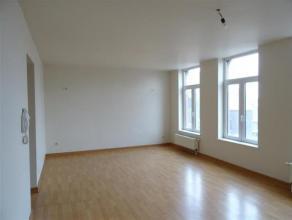DUPLEX : 1er étage : proche de toutes commodités : écoles, autoroute, magasins, bus et comprenant : living, cuisine équip&