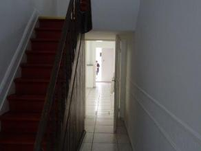 MAISON A LOUER 3 CHAMBRES avec petit jardin et terrasse en centre-ville, se compose d'un hall d'entrée, grand salon/salle-à-manger, sall