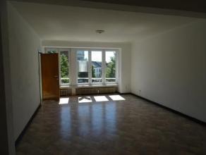 APPARTEMENT comprenant hall, living, cuisine meublée, salle-de-bain, 2 chambres avec placards, ascenseur - PEB en cours - Libre - chauffage cen