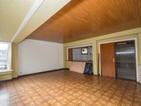 Appartement RENOVE avec vue imprenable  sur le parc se composant d'un hall d'entrée avec placards intégrés, d'un séjour tr