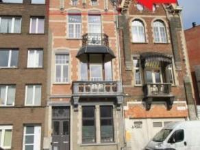 Volledig gerenoveerd appartement op de 3e verdieping in een prachtig herenhuis.<br /> Lichte woon- en eetkamer (ca. 18m²) op laminaatvloer met aa