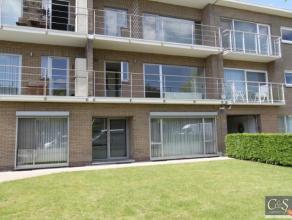 Mooi en zonnig appartement op de eerste verdieping in rustige straat. Inkomhal met ingemaakte kast. Vooraan zonnige woonruimte met halfopen keuken, in