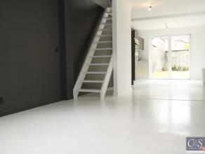 Strak gerenoveerd gelijkvloers appartement 107m² met zonne-tuin 65m²Strak en tijdloos gerenoveerd gelijkvloers appartement met zonne-tuin. I