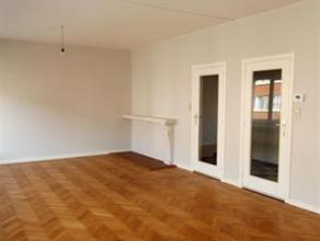 . Ruime woon- en eetkamer (ca. 35 m²) op authentieke parket met veel lichtinval. Gesloten keuken (ca. 8,5 m²) met SMEG gasfornuis en dampkap