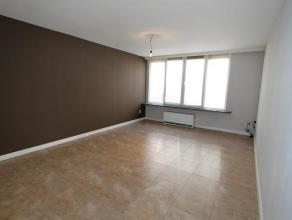 Ruim 2-slaapkamer appartement op het gelijkvloers met gezellige tuin en terras. Ruime woon- en eetkamer (ca. 44 m²) op tegelvloer. Gesloten keuke