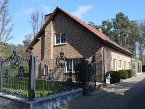 Deze woning is volledig afgewerkt met kwalitatieve materialen en heeft de volgende indeling:<br /> kelder: volledig onderkelderd met inpandige garage,