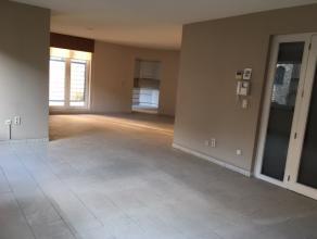 Het appartement is 176 m² groot en is als volgt ingedeeld: inkomhal, zeer ruime woonkamer opgedeeld in zithoek en eethoek, open keuken met ontbij