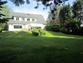 Située à proximité de l'école internationale St John et du Berlaymont, ravissante villa de ± 450m² bén&