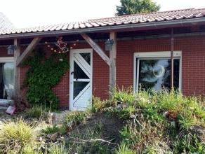 RECHT VAN HOGER BODWONING Een woning met aanhorigheden op en met grond, omvattende: gelijkvloers: living, geïnstalleerde keuken met toestellen, 2