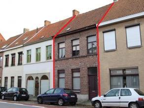 In het centrum van Sint-Kruis gelegen, GROTE VOLLEDIG TE RENOVEREN GEZINSWONING met 3 à 4 slaapkamers en ZUIDGERICHTE STADSTUIN. LAAG BESCHRIJF