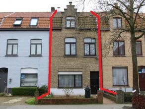 IDEAAL VOOR STARTERS! Zeer net onderhouden gezinswoning met voortuintje, diepe zuidgerichte achtertuin en 3 slaapkamers. Totale grondopp. 188 m².