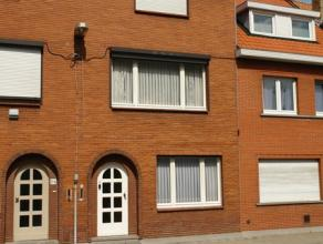 Centraal gelegen woning te Sint-Kruis, in een zijstraat van de Moerkerkse Steenweg. Een ideale gezinswoning; openbaar vervoer , school, apotheek, slag