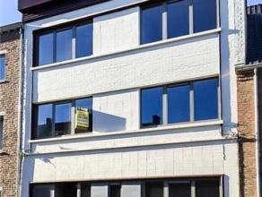 DUPLEX APPARTEMENTZeer goed gelegen duplex appartement op de 1e en 2e verdieping (+/-120m²), volledig vernieuwd, luxueus afgewerkt.Indeling: hall