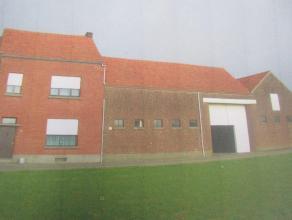 HOEVE met binnenkoer, stallen, schuur en aanhorigheden<br /> Bj: 1939, KI: euro 599, EPC: 645 kwh/m², Opp: 12a.<br /> Indeling: hall, living, eet