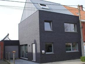 Woonhuis (halfopen bebouwing) met aanhorigheden op en met grond, groot 1a75ca. KI: euro 579. Bouwjaar 2011. EPB 93,72.<br /> Omv: Kelderverdieping: wa
