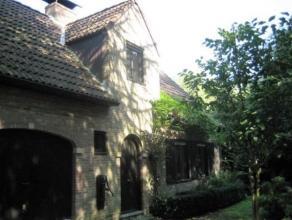 Leuk landhuis met 2 ruime slaapkamers, open bureelruimte, mooie tuin en garage. In deze leuke woning met ruime woonkamer en terras kan je genieten in