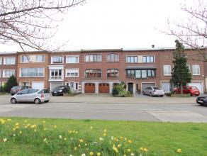 In één van de mooiste straten van Deurne ligt deze uitzonderlijke woning (8m breedte) bestaande uit: oprit voor 2 wagens, dubbele garage