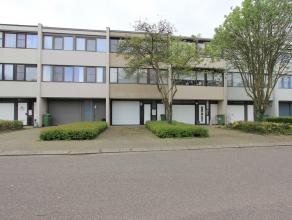 In de gegeerde wijk 'Langbaanvelden' te Deurne-Z ligt deze unieke woning bestaande uit: oprit voor 1 wagen, inpandige garage voor 1 wagen, kleine inko